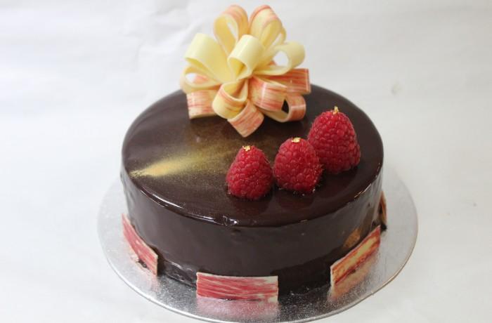 チョコレートと<br>ラズベリーの<br>デザートケーキ