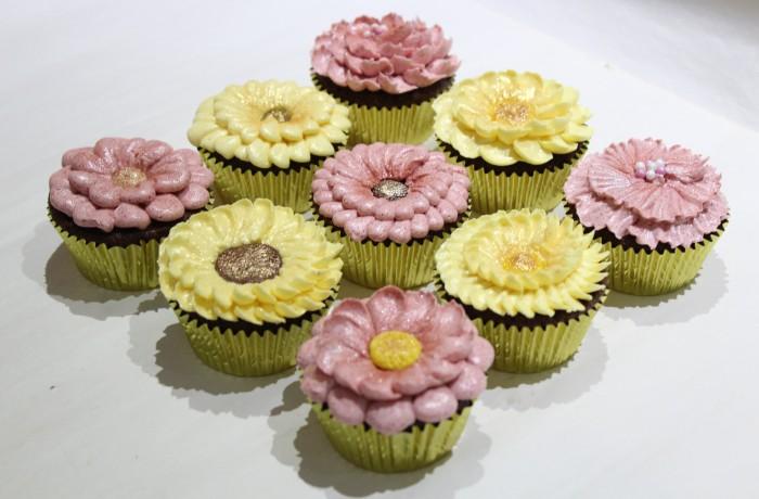 カップケーキに<br>きれいな花を絞ろう